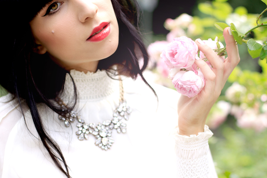 Chicwish white lace blouse Zara leather shorts heels Trendomly statement necklace roses summer shoot CATS & DOGS outfit ootd Ricarda Schernus Berlin fashion blogger 2