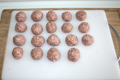 17 - Brät zu Kugeln formen / Make meatballs