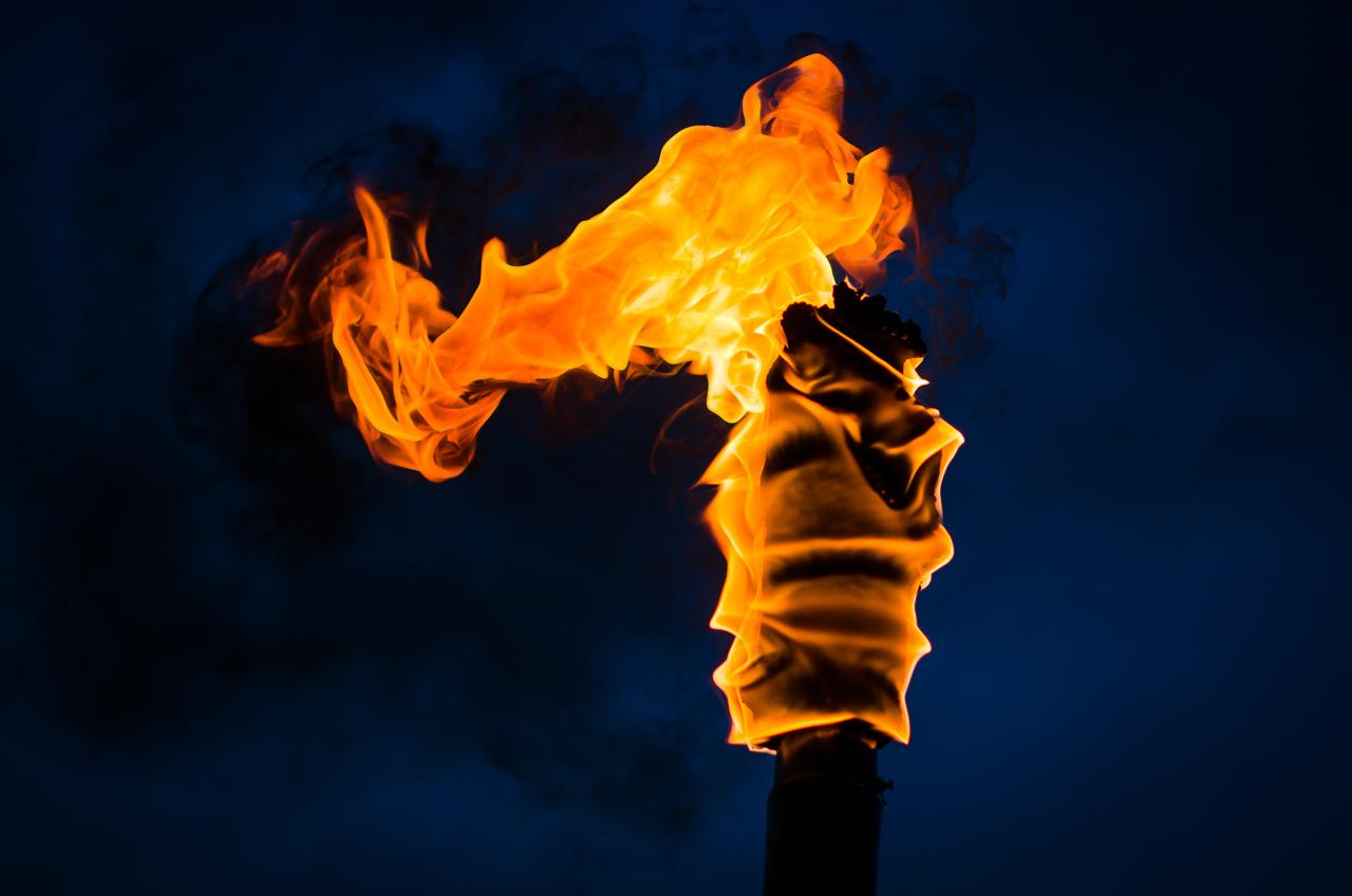 A medida que oscurece en Tañarandy los candiles van apoderándose del protagonismo, convirtiendo a la peregrinación en un sorprendente y místico espectaculo. (Elton Núñez).