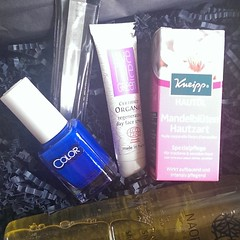 Glossybox April... I like  #glossybox #beautybox #instabeauty #nailpolish #spring #blue  Glossy Box tests et avis sur la box