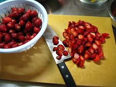 苺を乱切りにします
