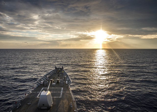вид на закат с боевого корабля