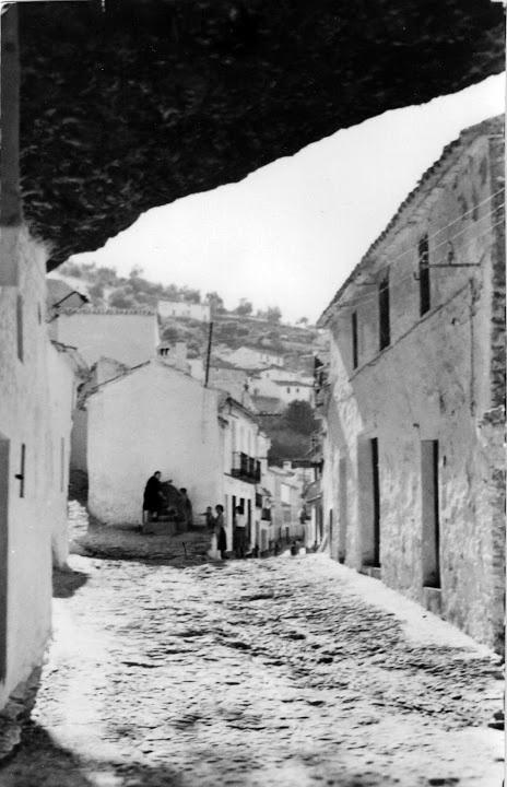 Las Cuevas de la Sombra y la fuente junto a la casa de Juan Chorro. Esta imagen se publicó en 1968.