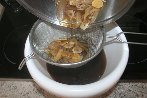34 - Sauce durch Sieb abgießen / Decant sauce in sieve