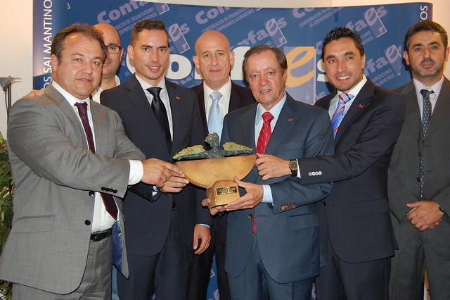 Representantes del Grupo Andrés junto al premiado y el presidente de CONFAES