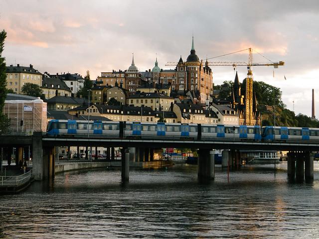 Un tren o un metro atraviesa Estocolmo