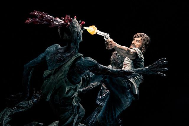 充滿張力的生死惡鬥!《陰屍路》瑞克殺出血路雕像有夠精彩!!!