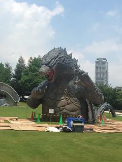 在東京公園發現巨大哥吉拉!