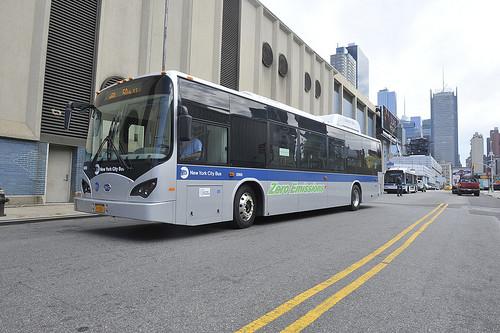 紐約去年九月試辦電動巴士上路計畫。(圖片來源: MTA New York City Transit,攝影:Marc A. Hermann)