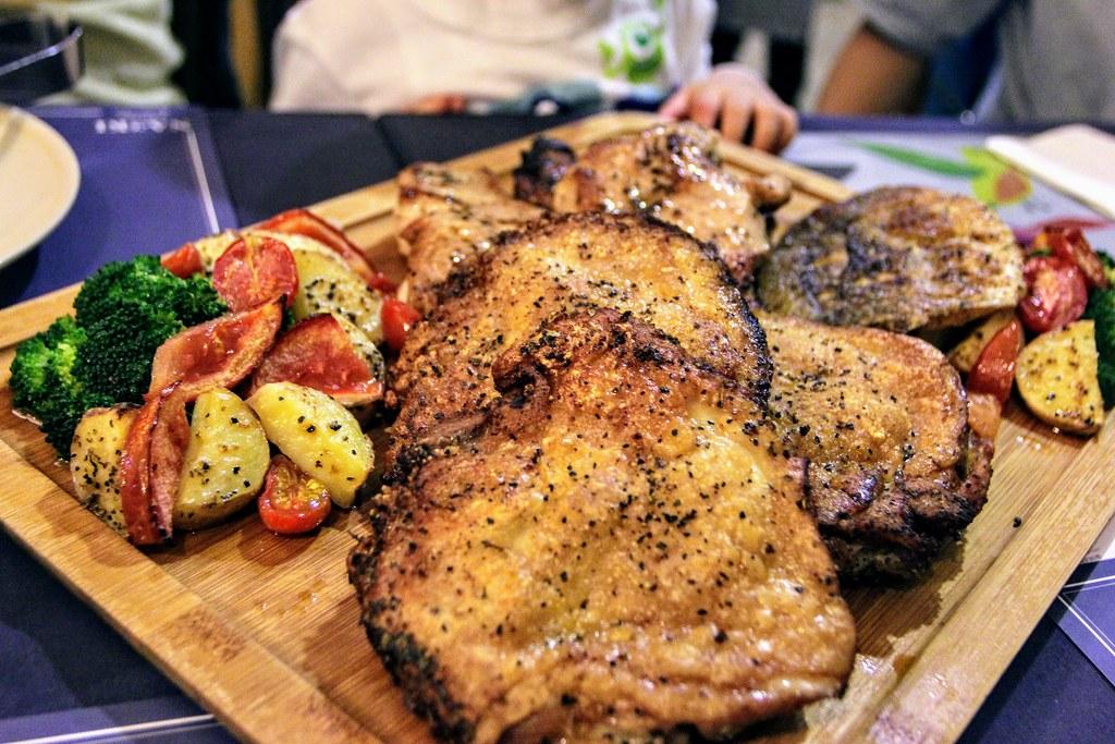 雞排+豬排+魚排,這是今天的主餐....據說有人吃過戰斧豬,好期待啊!也許下次默默地問,是否有戰斧豬...XD 肉質都頗軟的,不過略鹹一些就是..