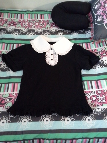 Meta Short Sleeve Knit Blouse with Ribbon Broach