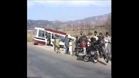 nahe Abottabad, einer der unzähligen, typischen Busunfälle, auf 'Karakorum Highway', PAKISTAN_Motorrad-Weltumrundung 1995-96_Auszug Video