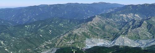 由 Google Map 觀看清境所在的山稜。右下角母安山下方為廬山、左下方為萬大水庫。(點此往 Google Map)