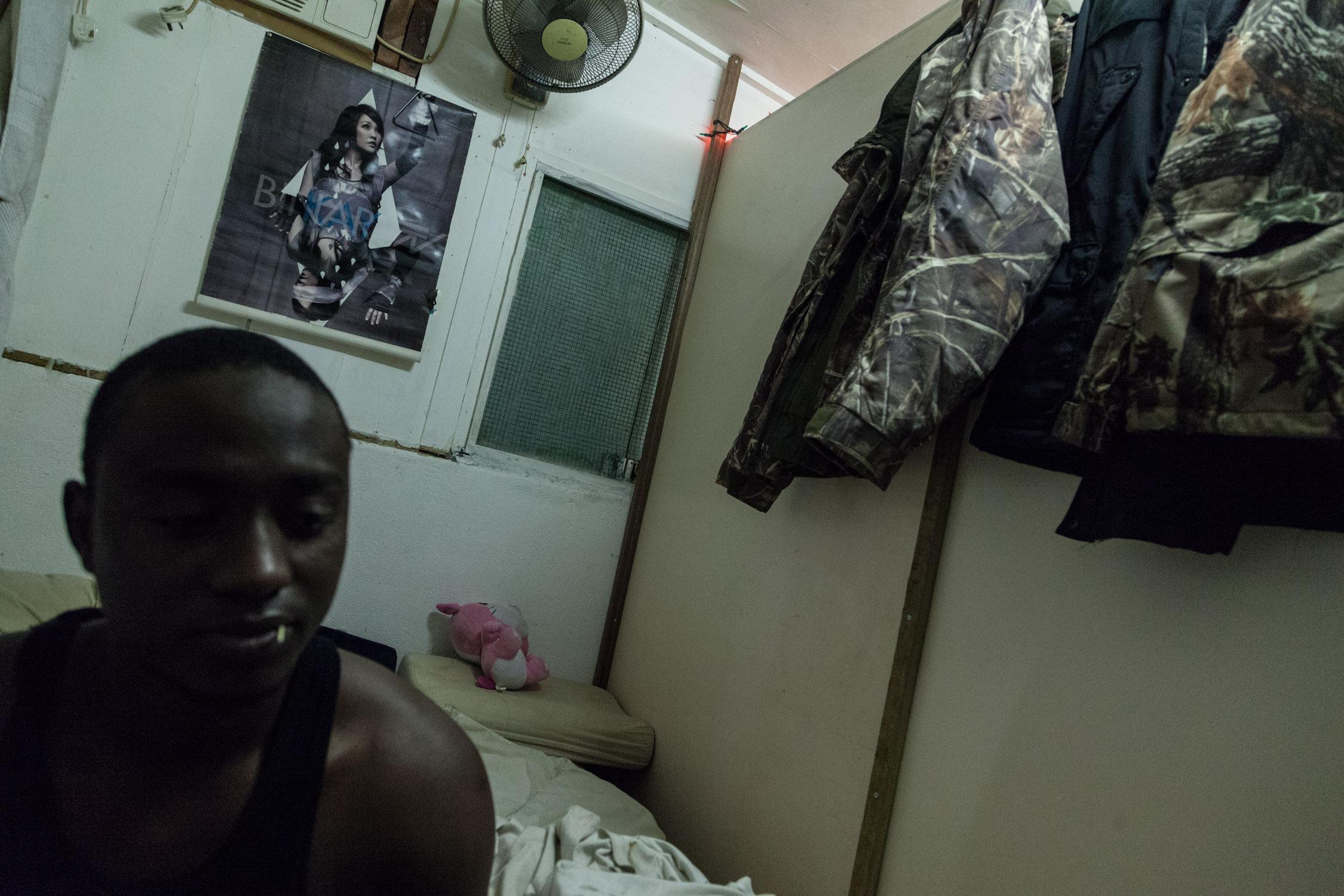 社工表示,貧民窟在香港最少有六十五處,他們都是因難民且被禁止工作的情況下而選擇居住於貧民窟