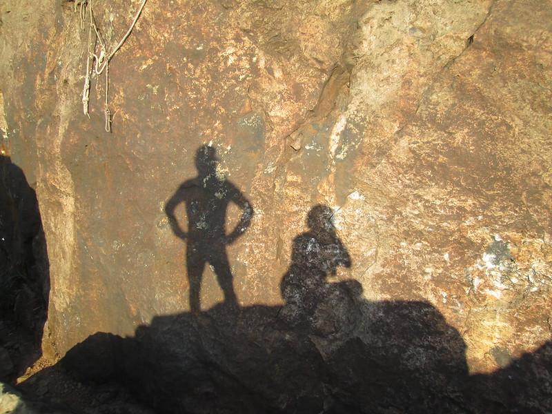 跟家父玩影子。