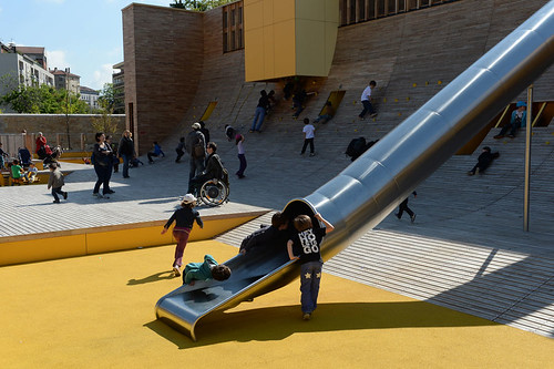 sân chơi trẻ em giữa đô thị