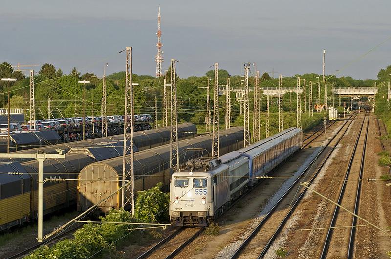 Langsam wird der C2-Zug zu seinem passenden Zwischenwagen geschoben, um auf beiden Seiten kompatible Kuppelmöglichkeiten zu bieten