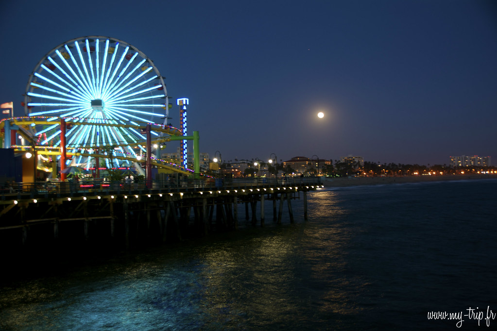 Le quai de Santa Monica illumine la baie de Los Angeles