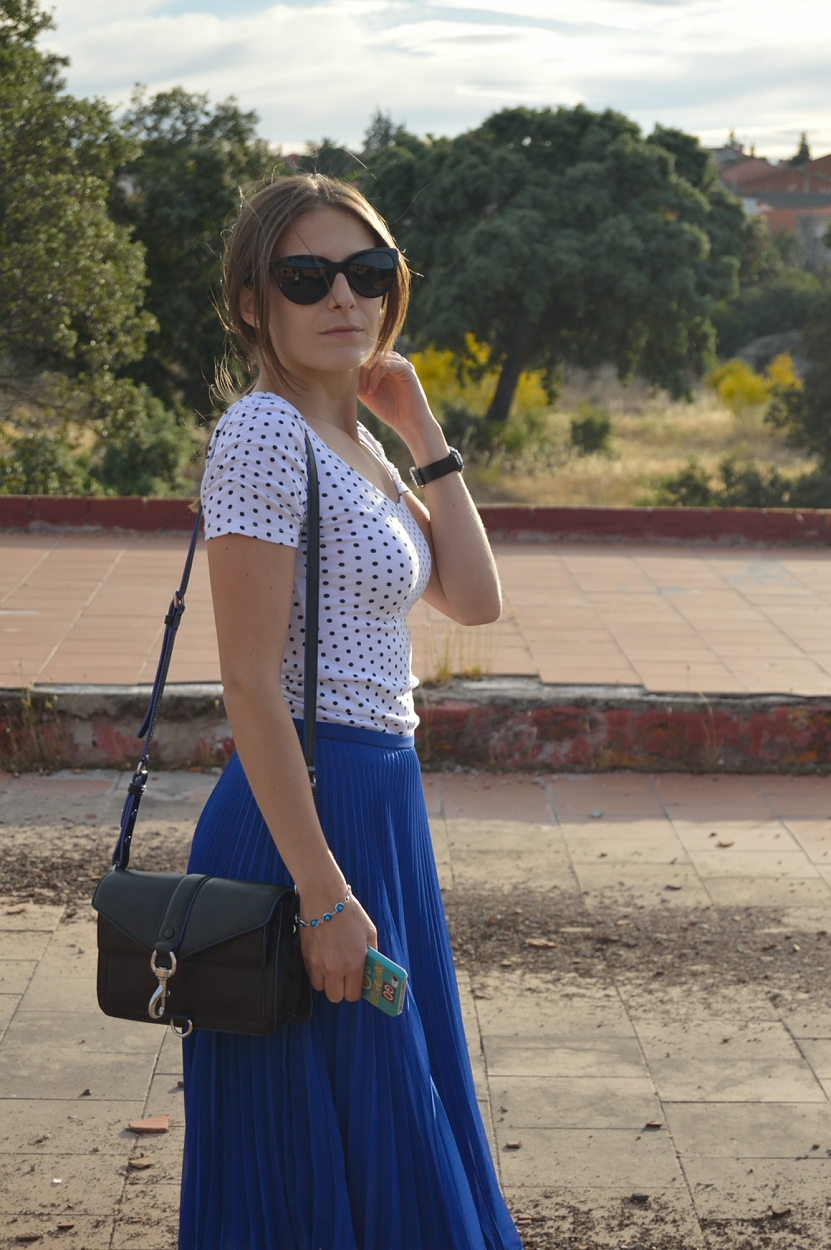 lara-vazquez-madlula-blog-style-blu-skirt-midi-black-accessories