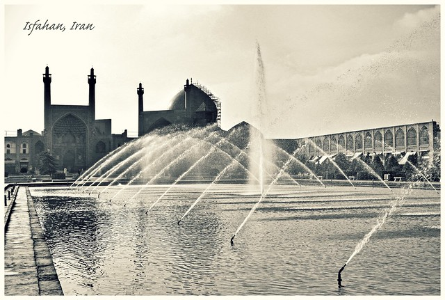 Fountain and Shah mosque in the morning, Imam square, Isfahan イスファハン、イマーム広場、王のモスクと噴水