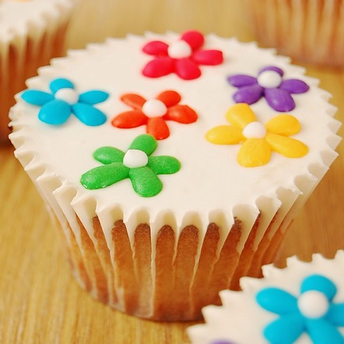 Happy friday! I made Rainbow Daisy Cupcakes for the weekend! Not only are they easy on the eye, they are easy to make and delicious! They are on youtube.com/Cutesimplestuff or direct link on bio! Happy baking  #baking #edibleart #cupcakes #rainbow #recipe