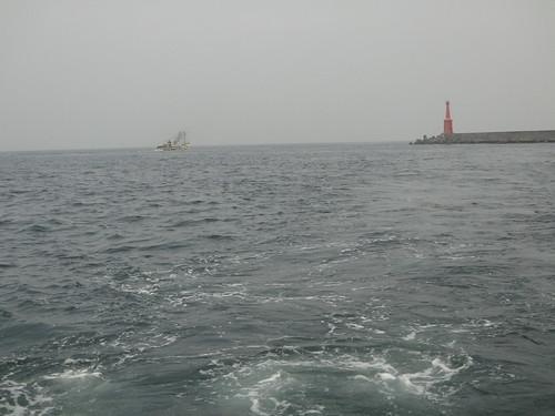 違規底拖網船多嚴重?學者於2013年2月25在高雄壽山外海靠近左營軍港南防波堤,拍到6艘底拖網正在作業,離岸不到1海浬。(攝影:鄭明修)