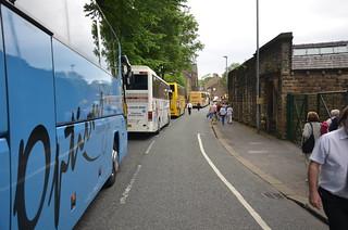 Bussar på kö i Delph