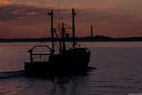 travel sunset usa boston boat fishing dusk provincetown capecodbay canonef70200mmf28lisiiusm robertopeli mcpeluz robertopeliphotographycom
