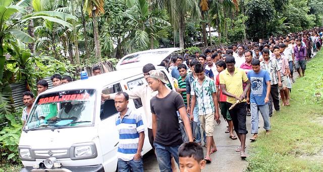 The villagers carry the body of slain student leader Manoj Das at Mushalpur area on Thursday.