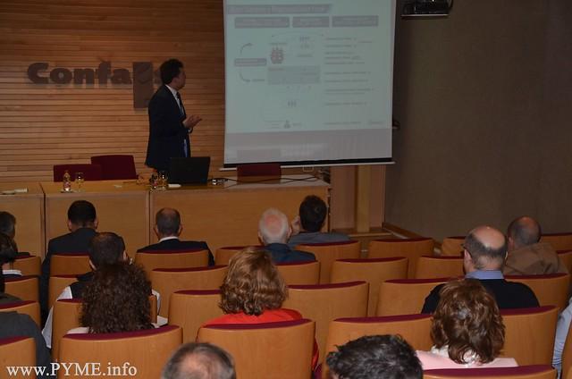 Empresarios asistentes a la jornada conocen los temas abordados en esta jornada informativa organizada por CONFAES.