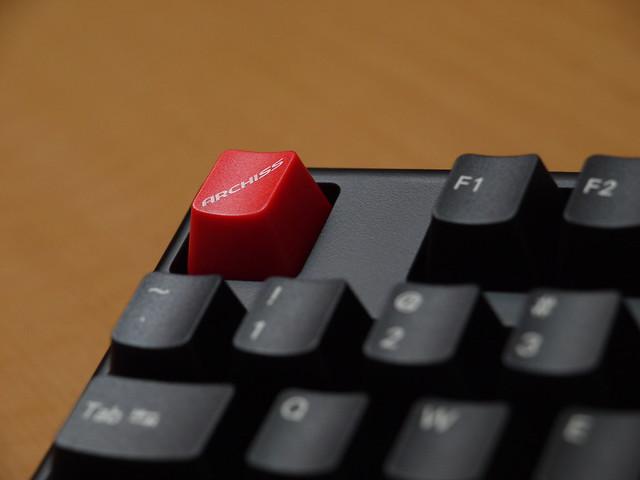赤いESCキーがアクセント