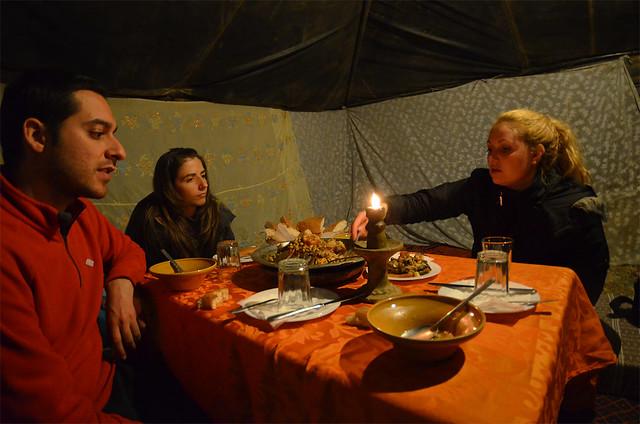 Cenando tajin en el desierto del Sahara en una jaima