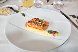Salmón marinado con limón/caviar/vodka y Guarnición Mimosa