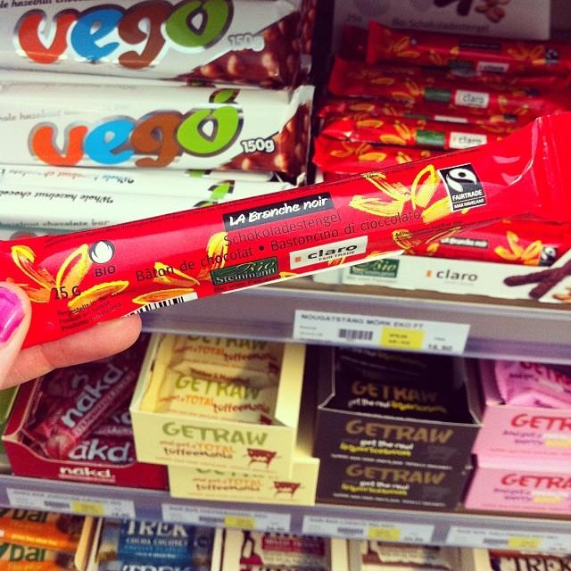 Bästa veganska chokladen! (Tillsammans med Vego i bakgrunden.) Finns hos Astrid & aporna.