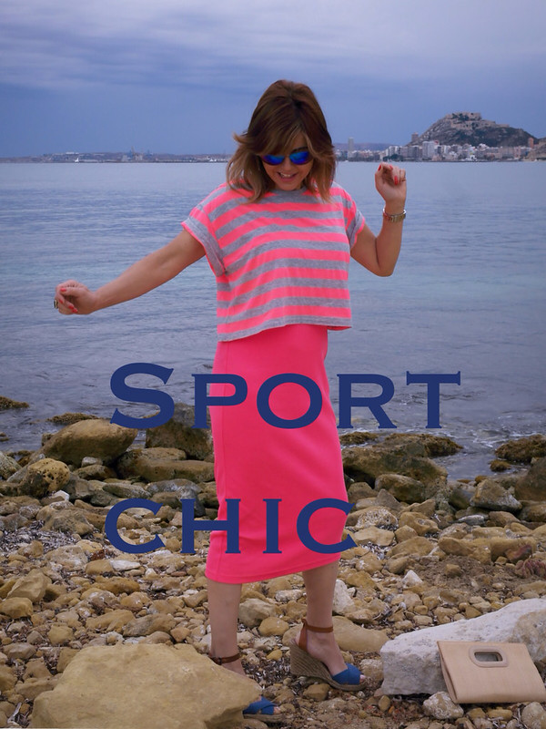 Look sport chic con vestido midi y crop top