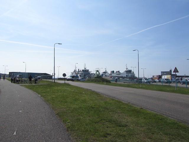 Der Fährhafen von Texel ist klein und trotzdem nicht schön. Der Rest der Insel um so mehr.