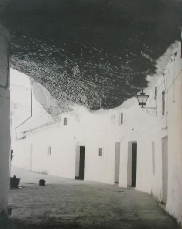 Maravillosa imagen de las Cuevas de la Sombra, en la que resalta el blanco de la cal en contraste con la sombra de la calle. En este recodo están ahora