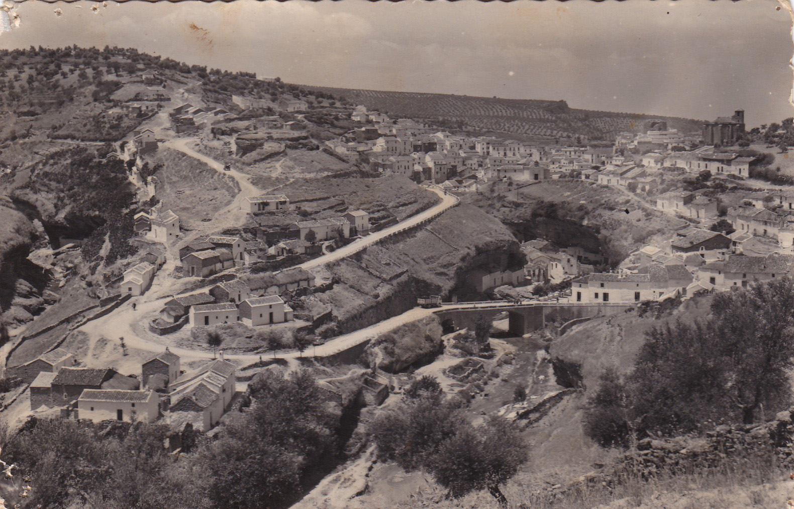 Vista general del pueblo desde Los Montecillos. Se aprecia en primer plano El Carril y las Cuevas Román a la izquierda de la imagen, publicada en 1968. Esta imagen es una joya para conocer el urbanismo setenileño de la época.