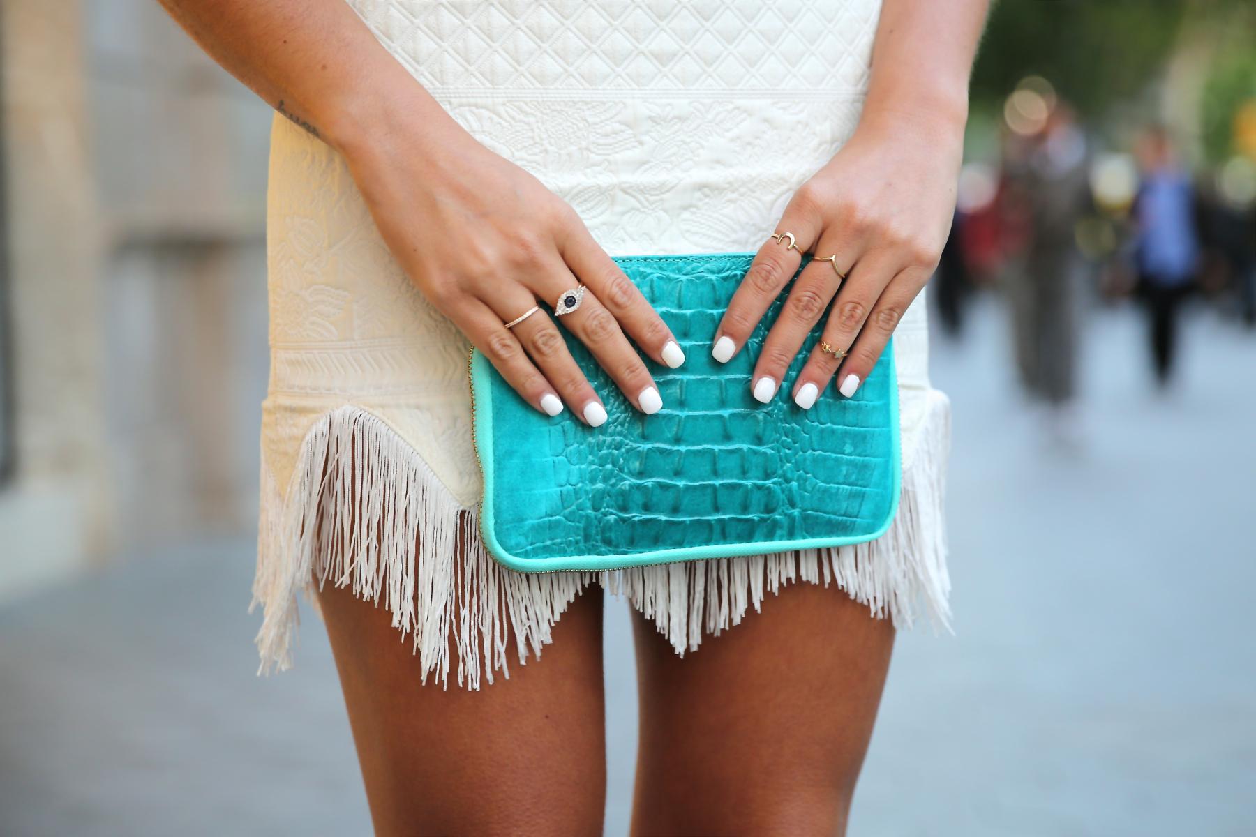 trendy_taste-look-outfit-hotel_majestic-street_style-ootd-blog-blogger-fashion_spain-moda_españa-falda_flecos-fringes_skirt-mas34-mango-blusa_flores-primaver_verano-zapatos_naranjas-tocado_dorado-2