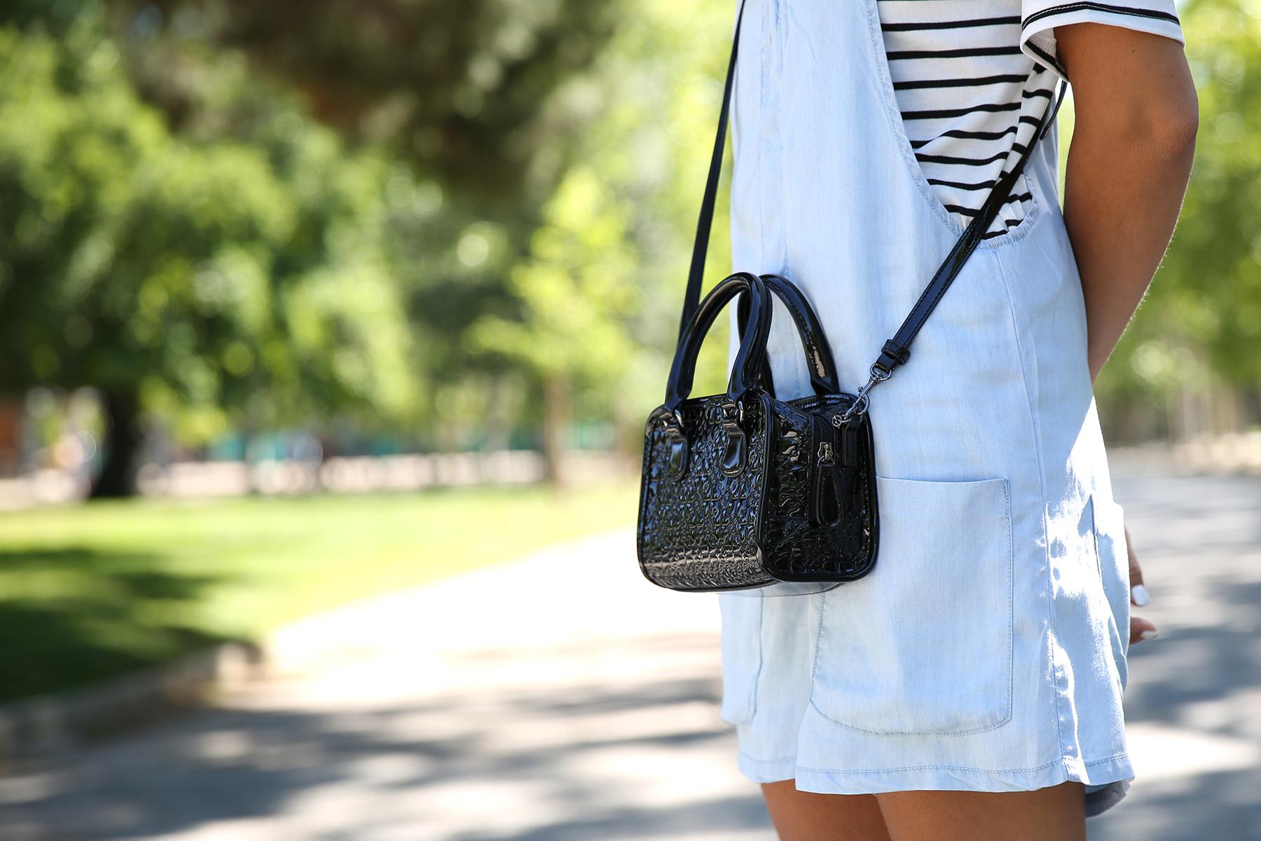 trendy_taste-look-outfit-street_style-ootd-blog-blogger-fashion_spain-vaquero_claro-peto_vaquero-tirantes-striped_tee-camiseta_rayas-marinero-dior_sunnies-gaimo-4
