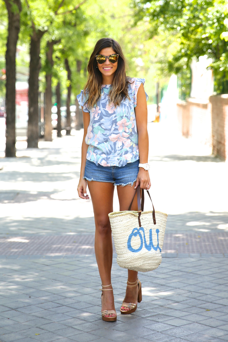 trendy_taste-look-outfit-street_style-oot-blog-blogger-fashion_spain-moda_españa-flower_print-estampado_flores-capazo-verano-summer-beach-playa-zara-denim_shorts-shorts_vaqueros-hype-9