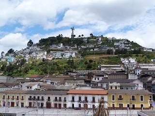 De fondo El Panecillo de Quito (Ecuador)
