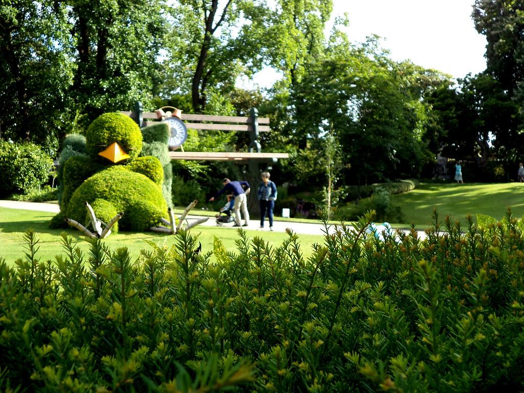 [Jardin des Plantes] Claude Ponti, Massif du poussin endormi