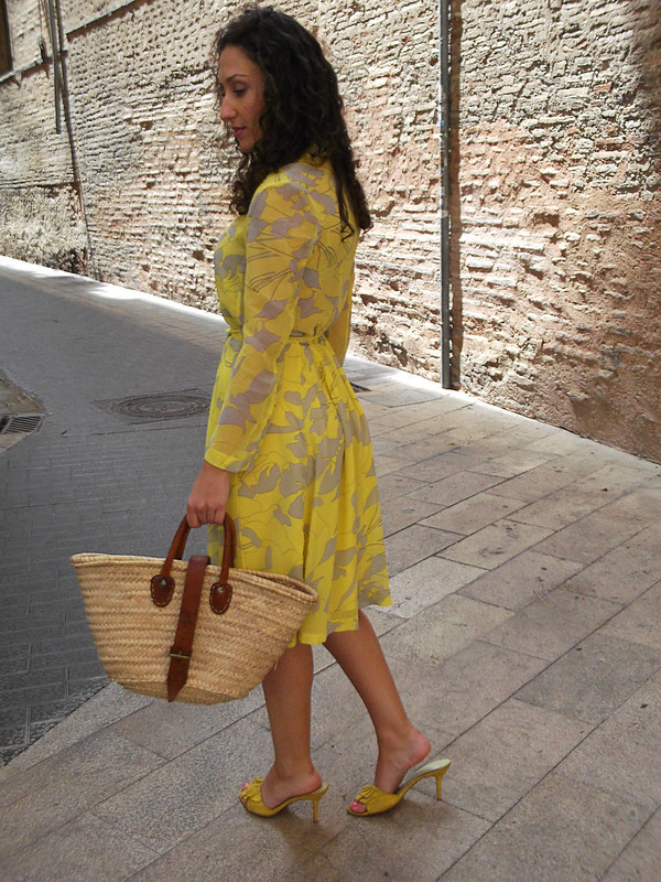vestido floral de gasa, amarillo, gris, manga larga, sandalias amarillas, capazo de mimbre, floral chiffon dress, yellow, grey, long sleeves, yellow sandals, wicker bassinet, Aliexpress, Aviño, Aristocrazy