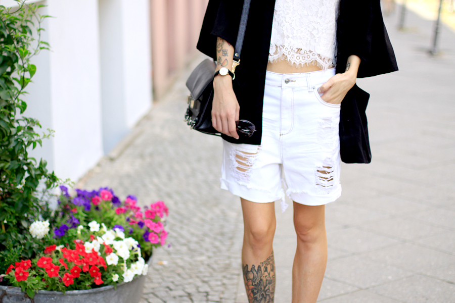 Sojeans white summer sale look styling ripped jeans lace top birkenstock OOTD fashionblogger style Ricarda Schernus Berlin blogger CATS & DOGS 2