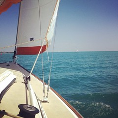 It\'s gorgeous on the lake! Winds are building and shifting to the NW this afternoon. #lakemichigan #belmontharbor #j22