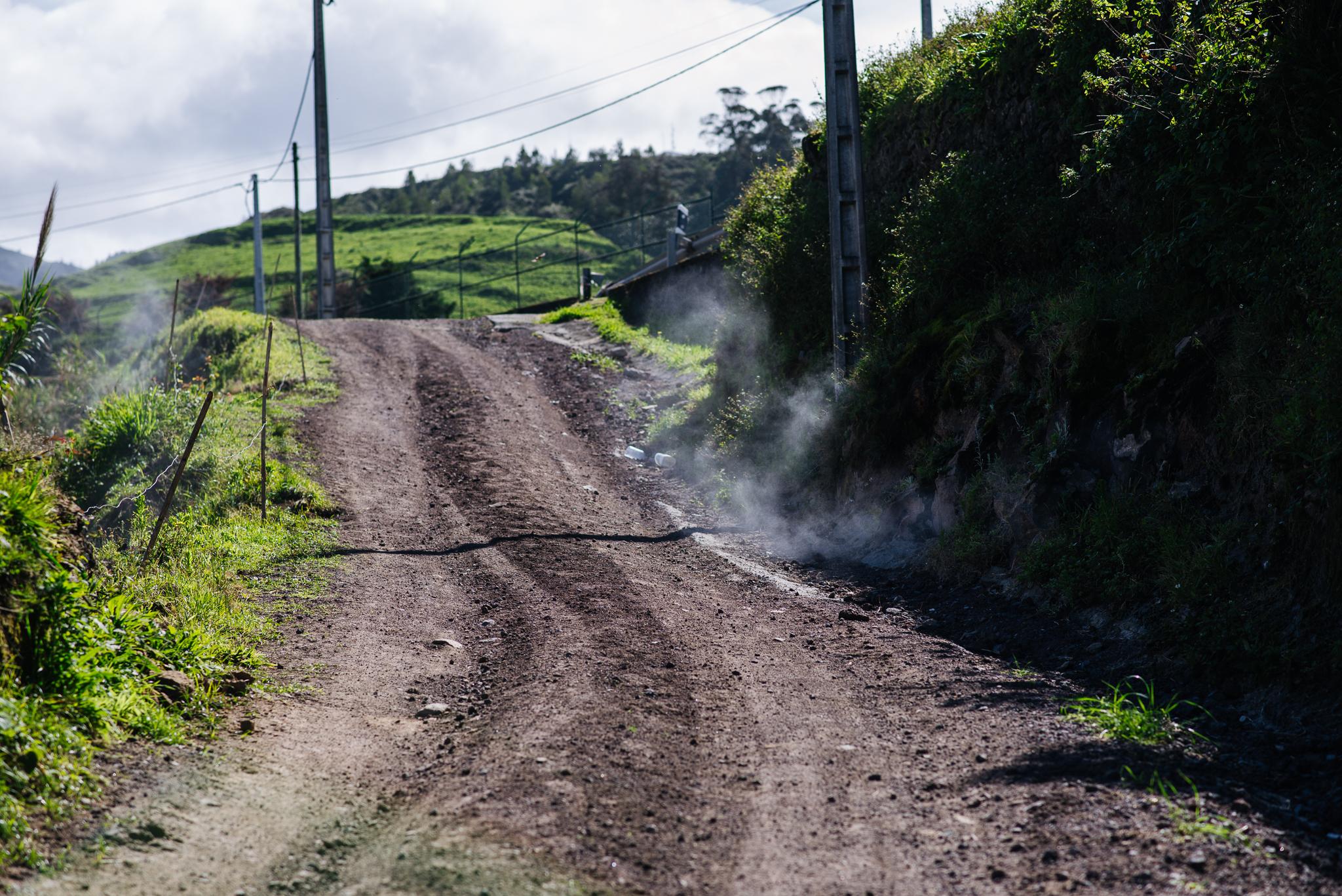 Füstölő föld az Azori-szigeteken a vulkáni utóműködésnek köszönhetően.
