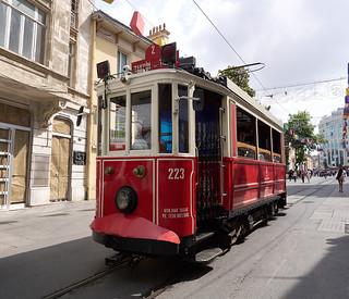 El tranvía de la calle Istiklal, Estambul, Turquía