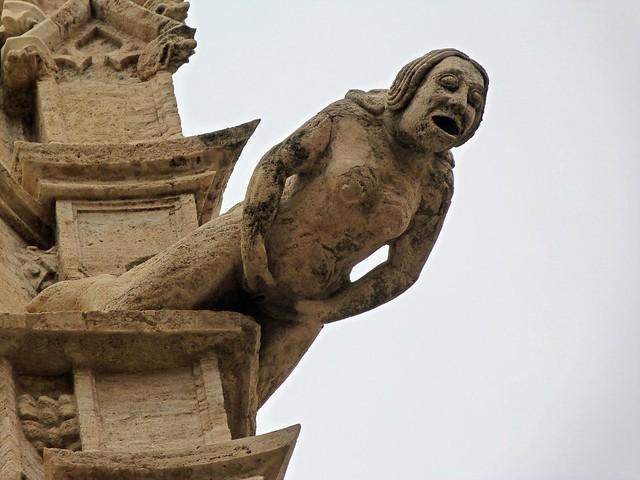 Gárgola de mujer mostrando sus genitales en la Lonja de Valencia