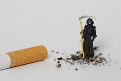 Zigarette mit Sensenmann und Asche